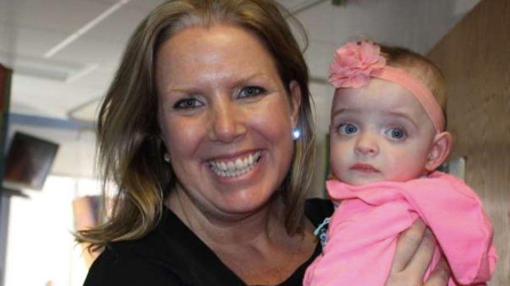 La historia de Liz, la enfermera que adoptó a un bebé de 8 meses a la que nadie visitó en cinco mesese