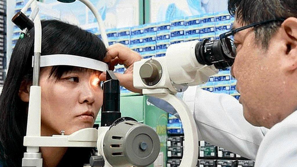 Médicos localizan cuatro abejas vivas en el interior del ojo de una mujer
