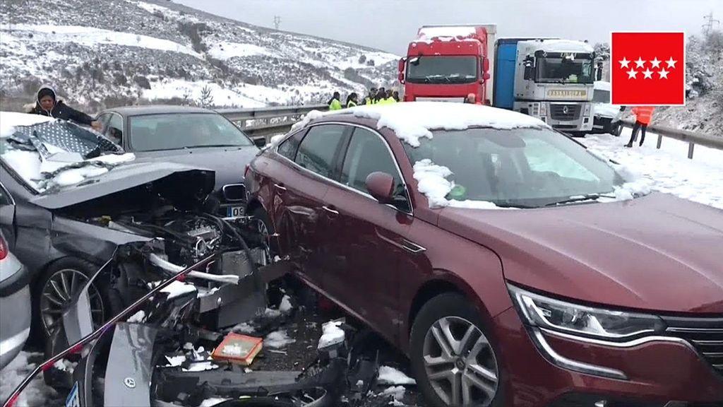 Un accidente en cadena provocado por la nieve deja 35 heridos en la A-1, a la altura de Somosierra