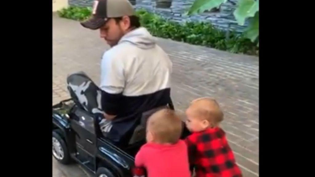 Enrique Iglesias y sus mellizos protagonizan una curiosa escena con un coche en miniatura