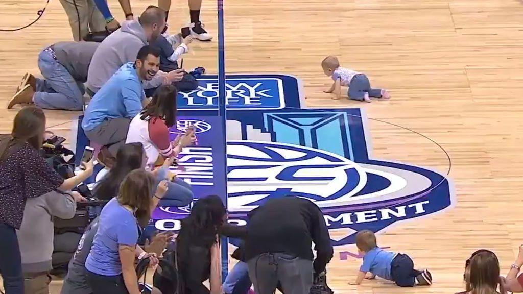 La asombrosa remontada de un bebé en una peculiar carrera a gatas durante un partido de baloncesto