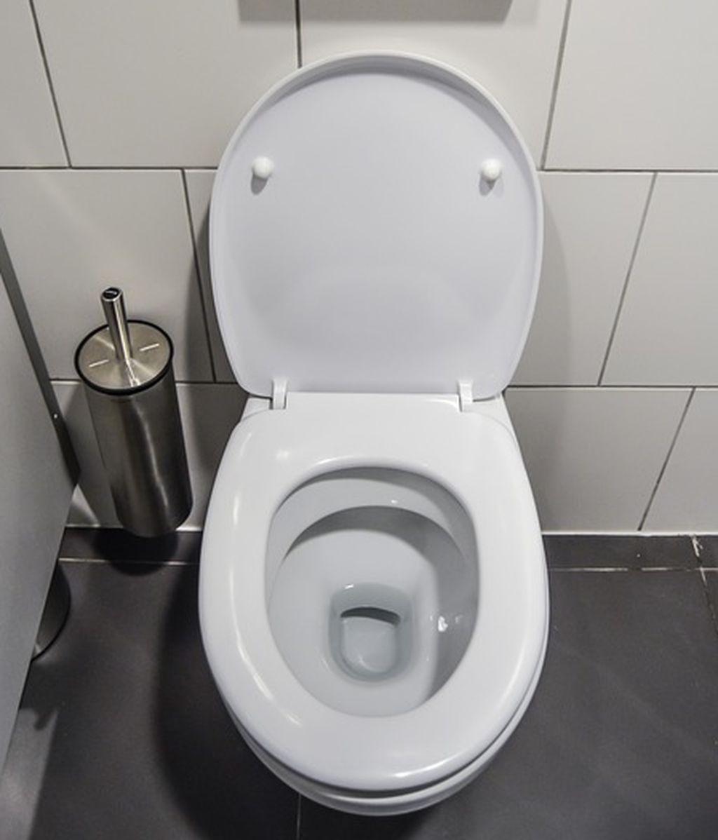 La razón por la que debes bajar la tapa del inodoro antes de tirar de la cadena