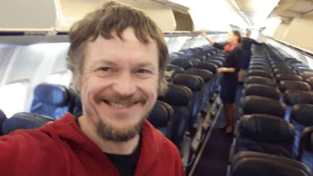Famoso en la Red por viajar solo en un avión de pasajeros