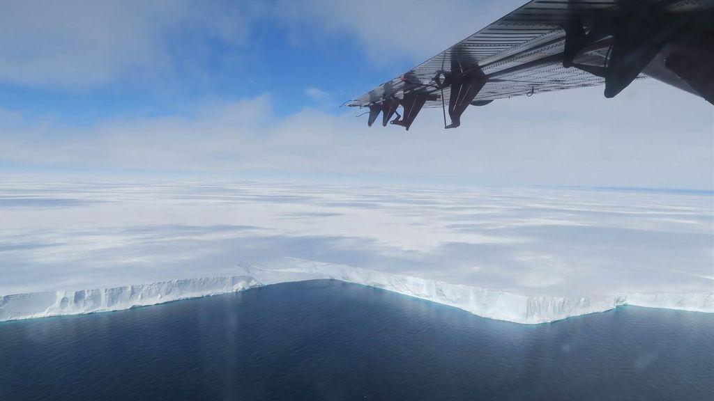 Un iceberg está creciendo en la Antártida con una base dentro