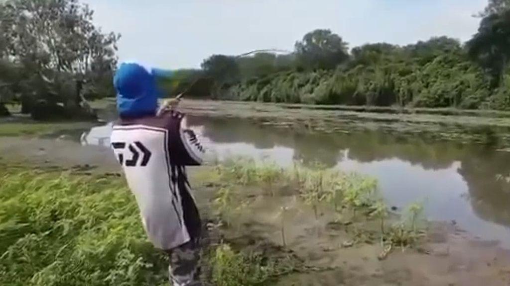 Un pescador logra capturar a su presa...pero viene acompañada de una sorpresa