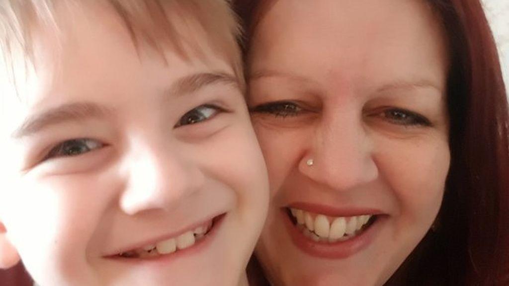 Una madre denuncia al colegio de su hijo autista por obligarle a llevar un chaleco reflectante