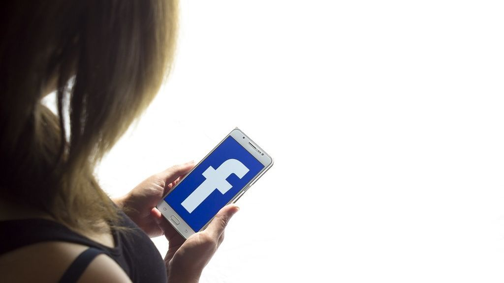 """Se enfrenta a 3 años de prisión por llamar en Facebook """"idiota"""" a su exmarido y """"caballo"""" a la novia de este"""