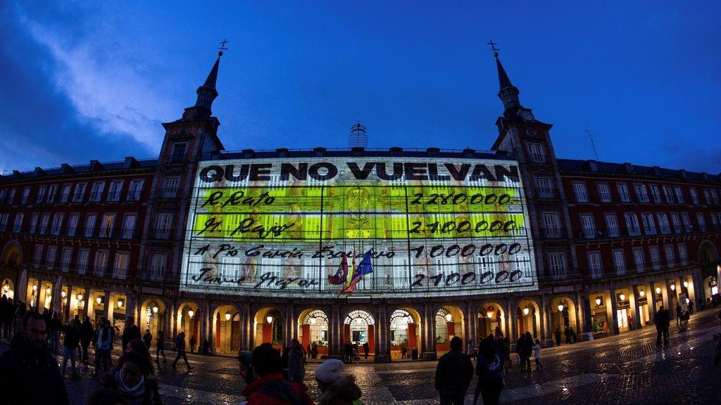 Proyectan imágenes de los 'pápeles de Bárcenas' en la Plaza Mayor de Madrid