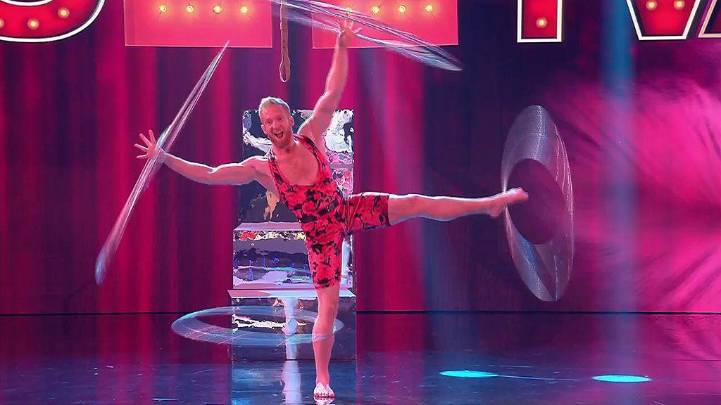 Ingenio, humor y un punto picantón: las acrobacias con el hula hoop de Daniel Sullivan
