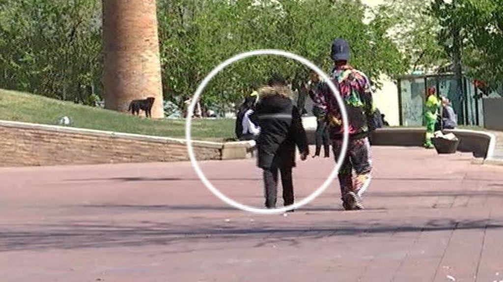 La Generalitat sigue sin hacerse cargo del niño de 8 años que esnifa pegamento en el Raval