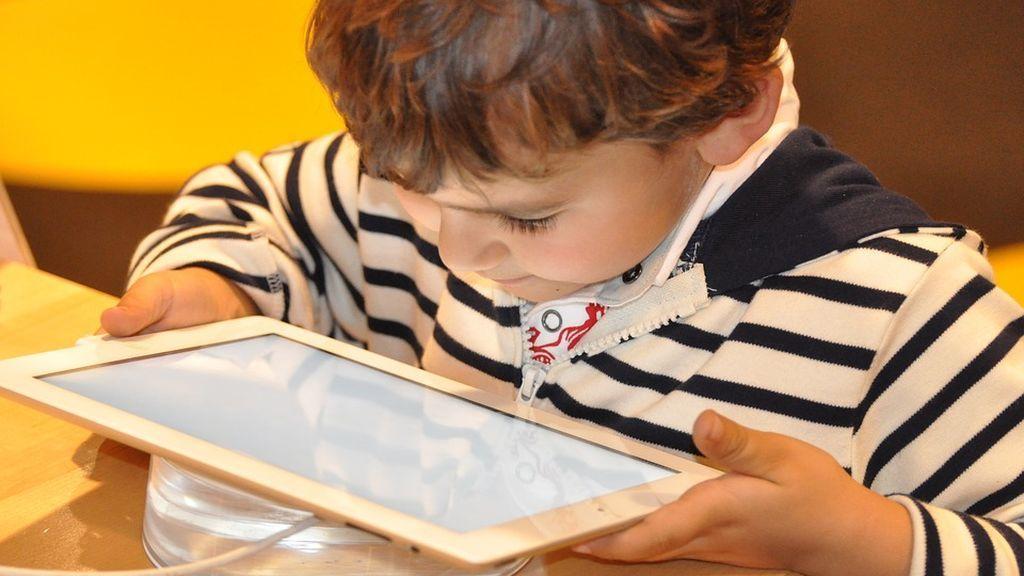 Un niño bloquea una tableta para 48 años