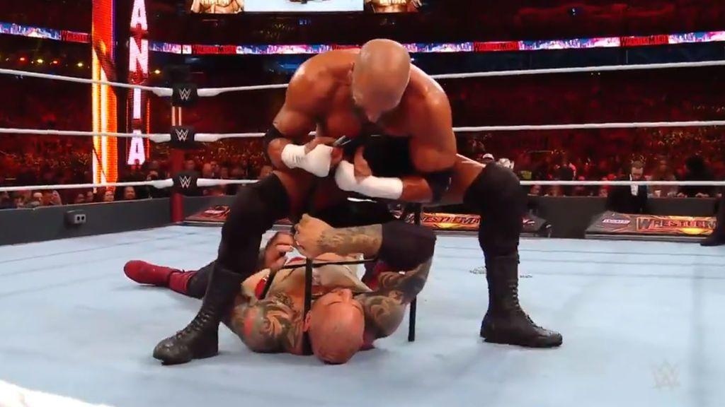 Locura en la WWE: Triple H le arranca el piercing de la nariz a Batista y después se lo come