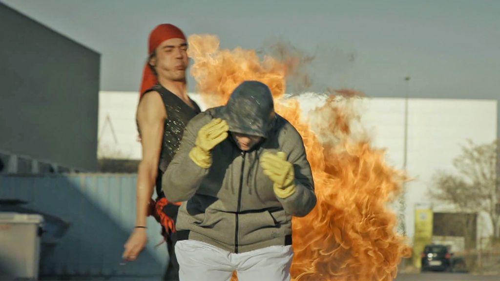 Samanta cumple su sueño de ser protagonista de una película de acción y sale ardiendo