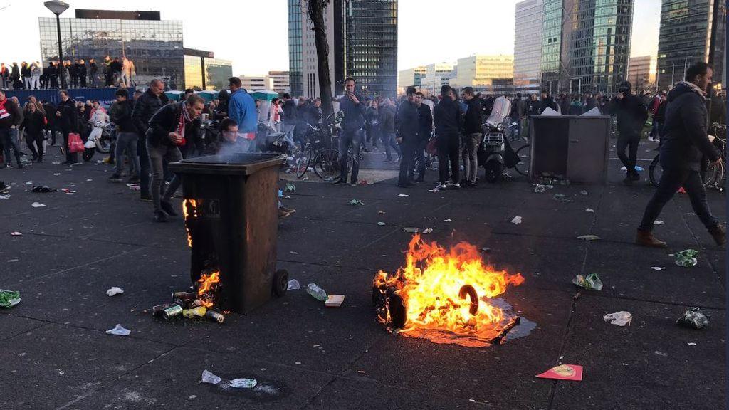 Altercados entre los ultras del Ajax y la policía holandesa antes de enfrentarse a la Juventus