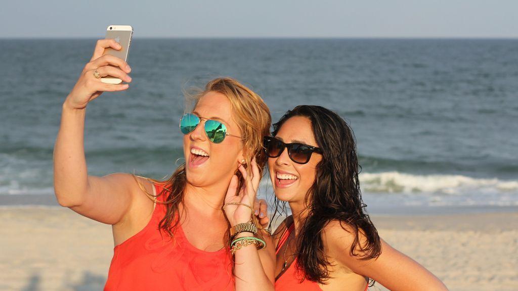 Sonreír en las fotos es una costumbre social: por qué nos gusta enseñar diente