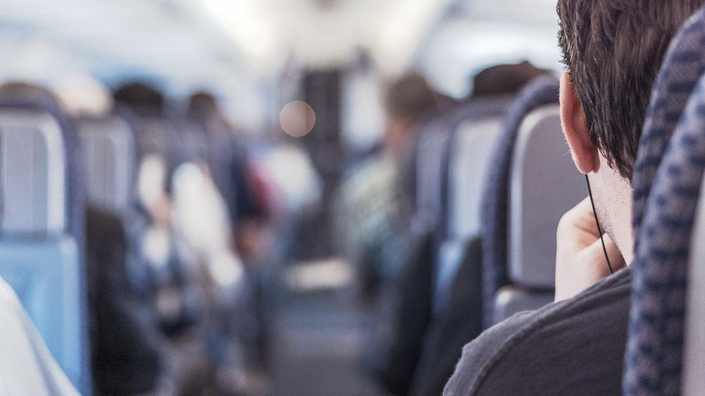 Una azafata señala las indicaciones de seguridad en un vuelo a ritmo de rap
