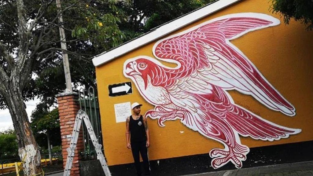 Cumple un aterrador récord Guiness: tatuador pinta un mural con la sangre de sus clientes