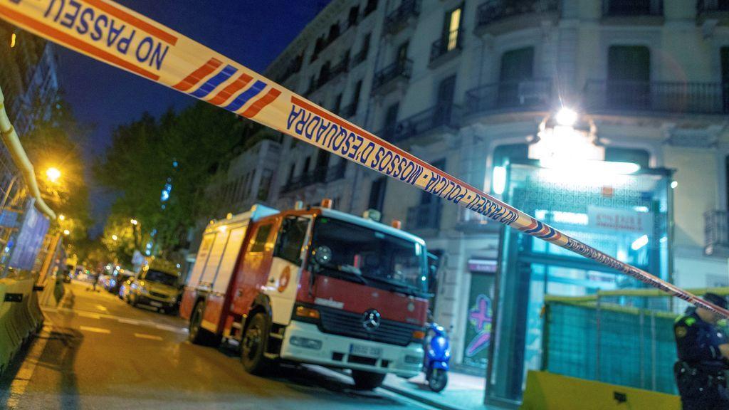 Un hombre se atrinchera con un arma de fuego junto a su novia en una vivienda de Barcelona