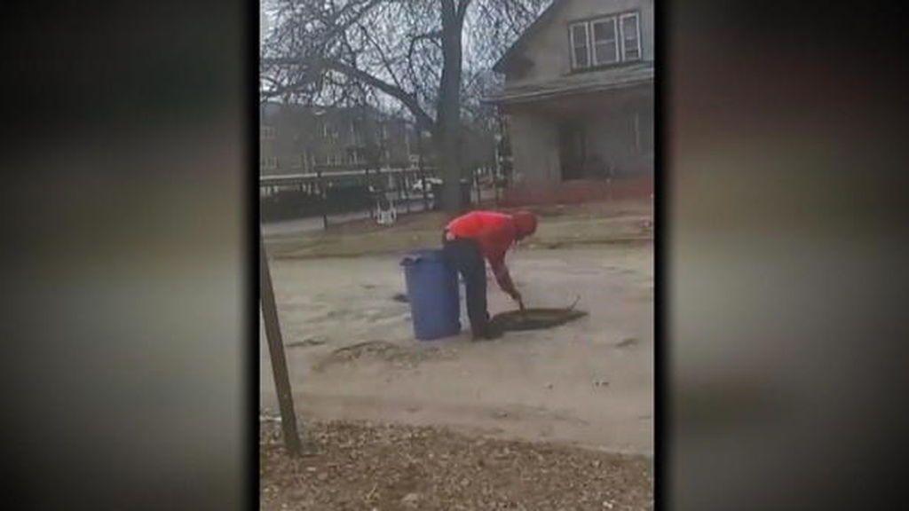 Un niño de 12 años arregla los baches de su ciudad después de que rompieran el coche de su madre  en EEUU