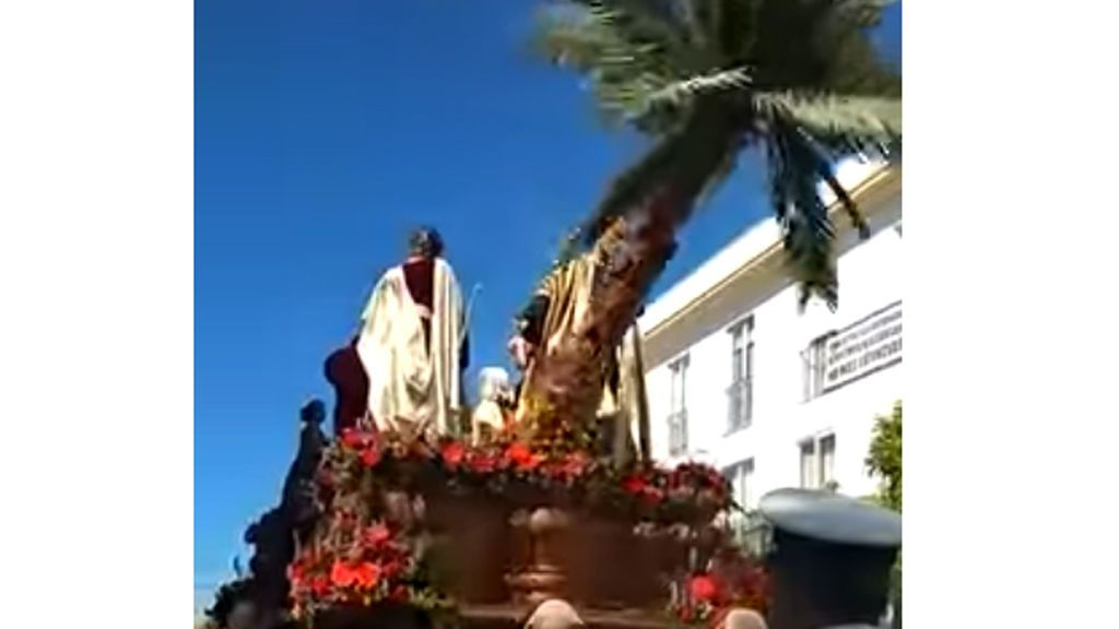 Herido leve un costalero de la borriquita de Córdoba al caer la palmera del paso