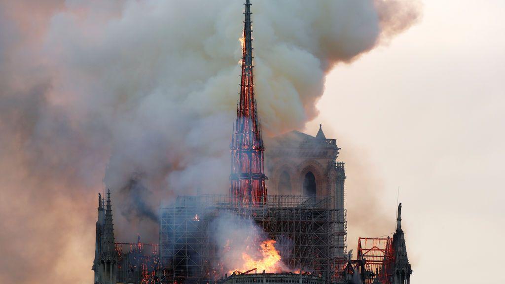 Incendio en la catedral de Notre Dame: Momento en el que cae la aguja central