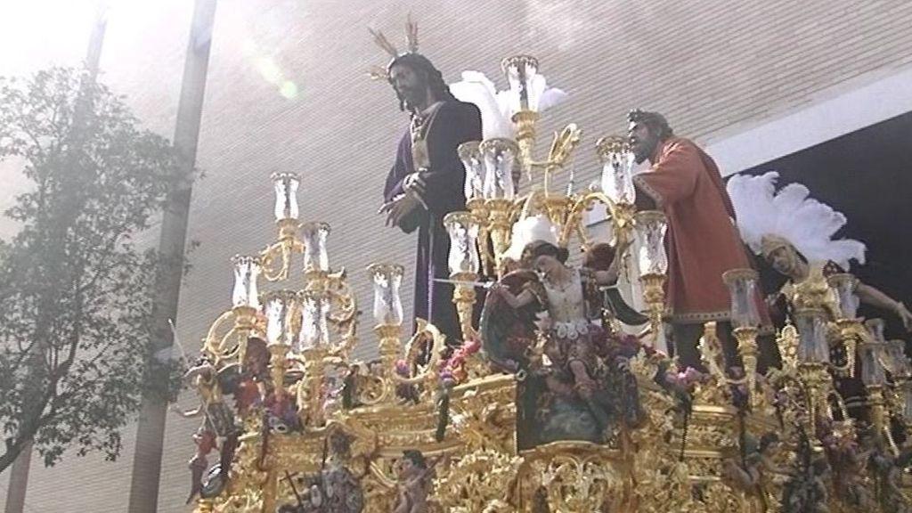 Lunes santo a casi 30 grados: en Sevilla 8 pasos recorren las calles