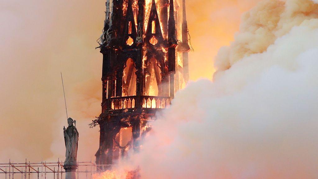 Espectacular incendio en la catedral Notre Dame de París