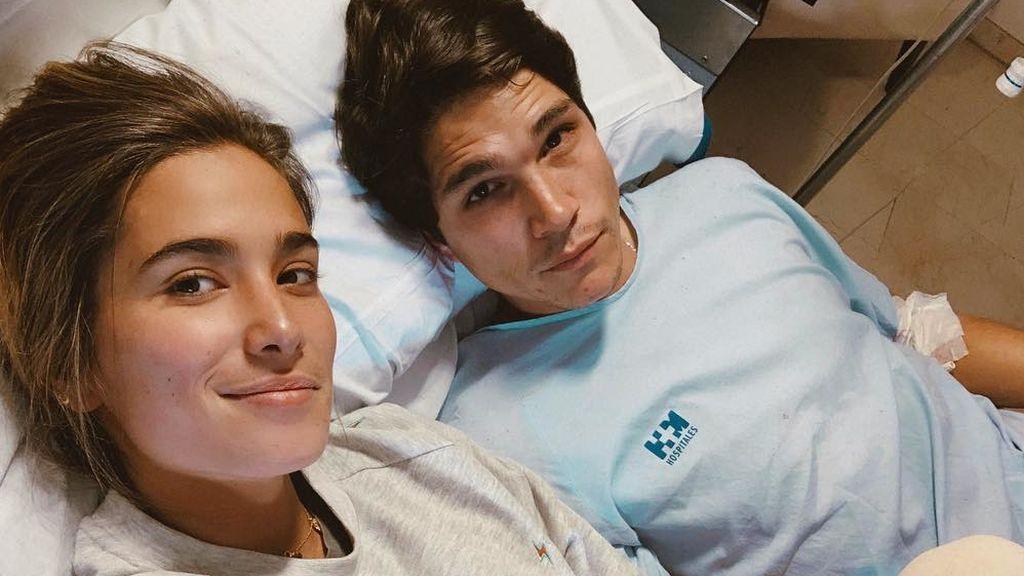 """María Pombo comparte una foto en el hospital con su novio: """"Me ha tocado un bombón pocho"""""""