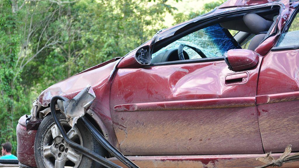 Cinco heridos después de chocar un coche contra una pared en Almería