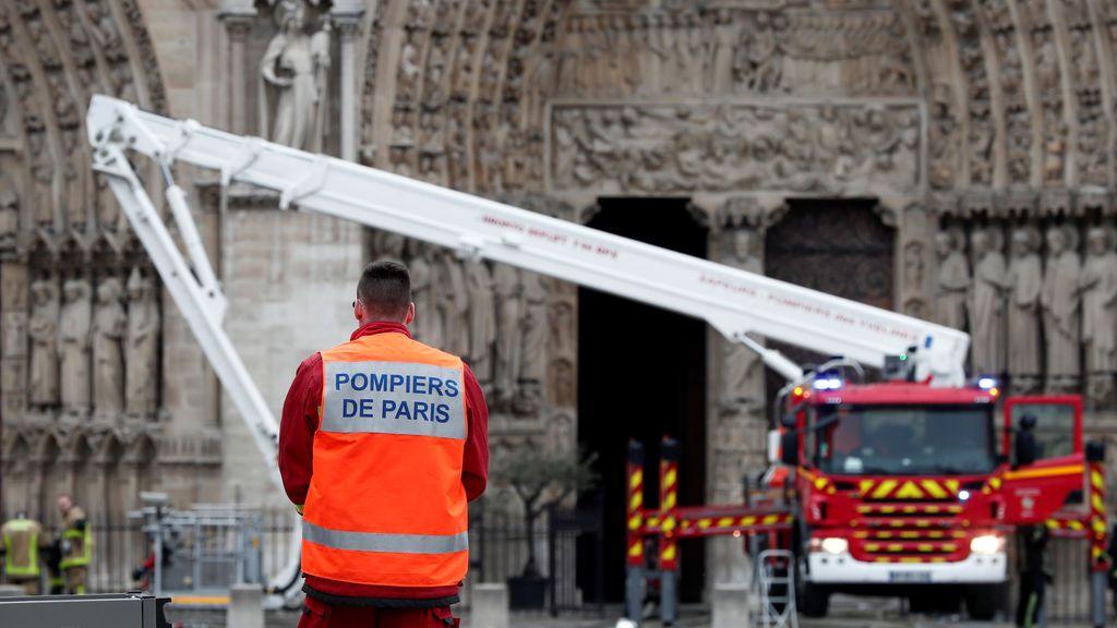 Dos policías y un bombero heridos leves en las labores de extinción del incendio de Notre Dame
