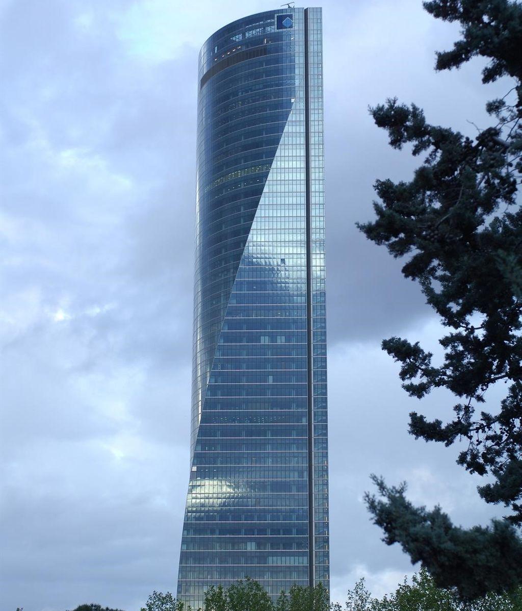 La Policía desaloja de forma preventiva uno de los cuatro rascacielos de la Castellana