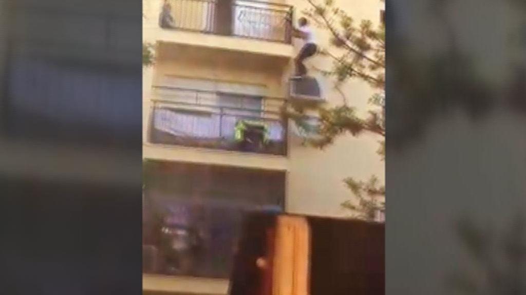 Trepa por la fachada para ayudar a una vecina durante un incendio en Bormujos, Sevilla