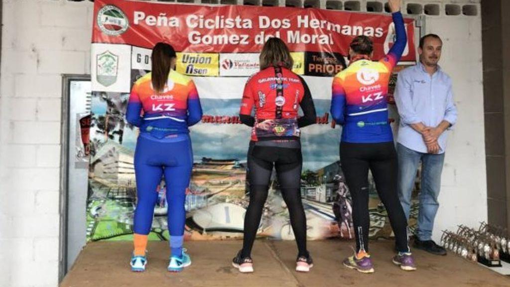 Mujeres ciclistas son abucheadas tras protestar de espaldas en el podio por la desigualdad de la competición
