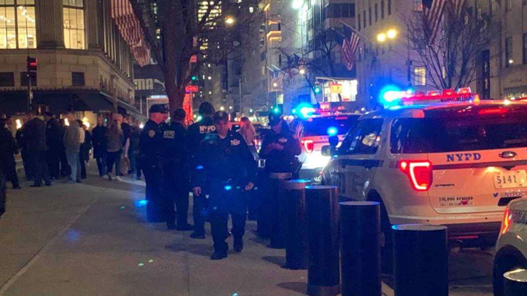 Detienen a un hombre que entró con dos garrafas de gasolina en la Catedral de San Patricio en Nueva York