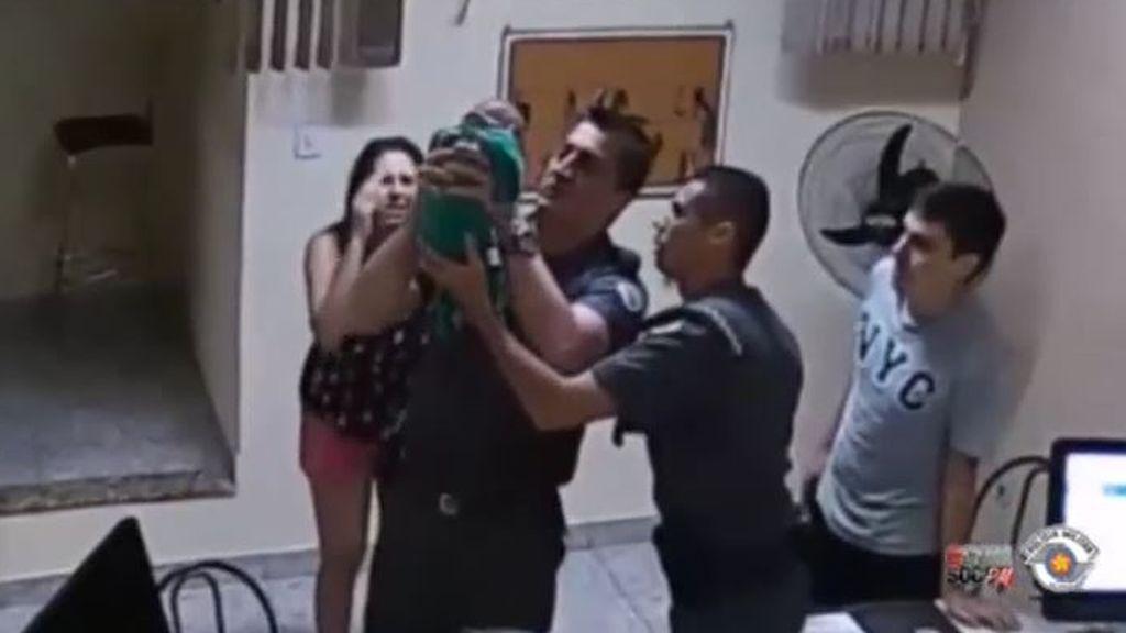 Dos policías de Sao Paulo salva la vida de un bebé de 21 días que se estaba asfixiando