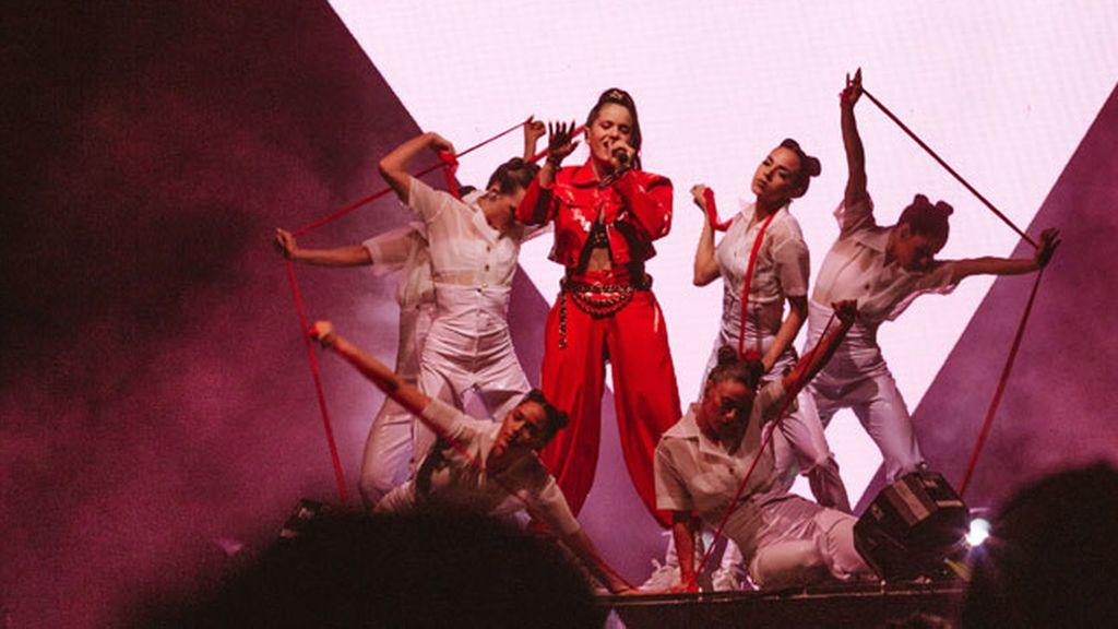 Rosalía canta por las Grecas en pleno festival de Coachella