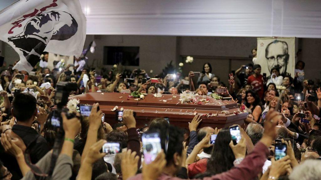 Una multitud recibe al féretro con los restos de Alan García en la sede de su partido