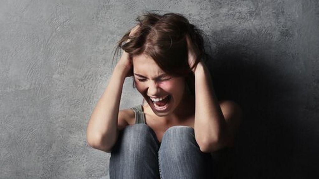 mujer-gritando-ataque-histerico