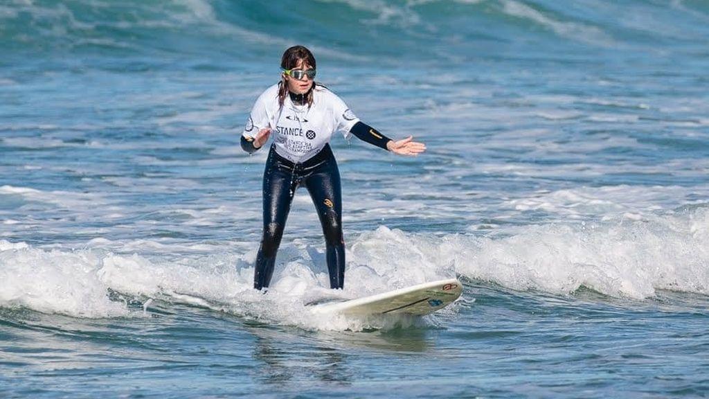 """La surfista ciega Carmen López: """"No hay nada imposible, las barreras te las vas a poner tú"""""""