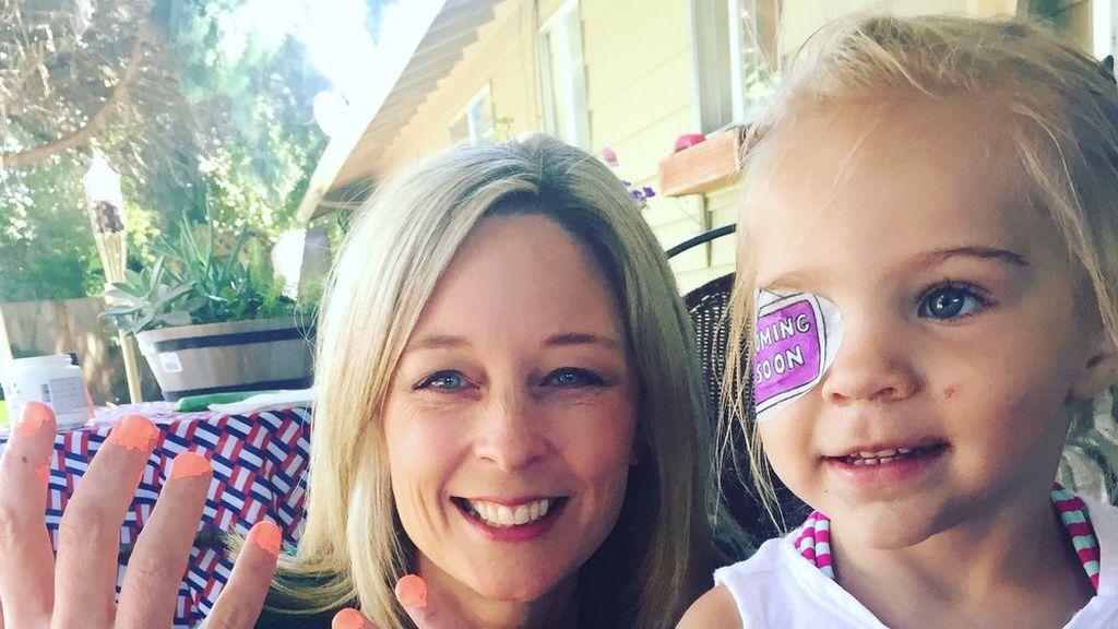 Notó que el ojo de su hija brillaba de manera extraña en las fotos y resultó tener 10 tumores