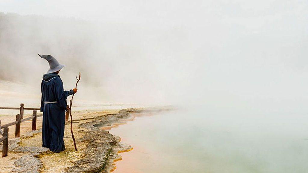 Un fan del señor de los anillos recorre Nueva Zelanda vestido de Gandalf
