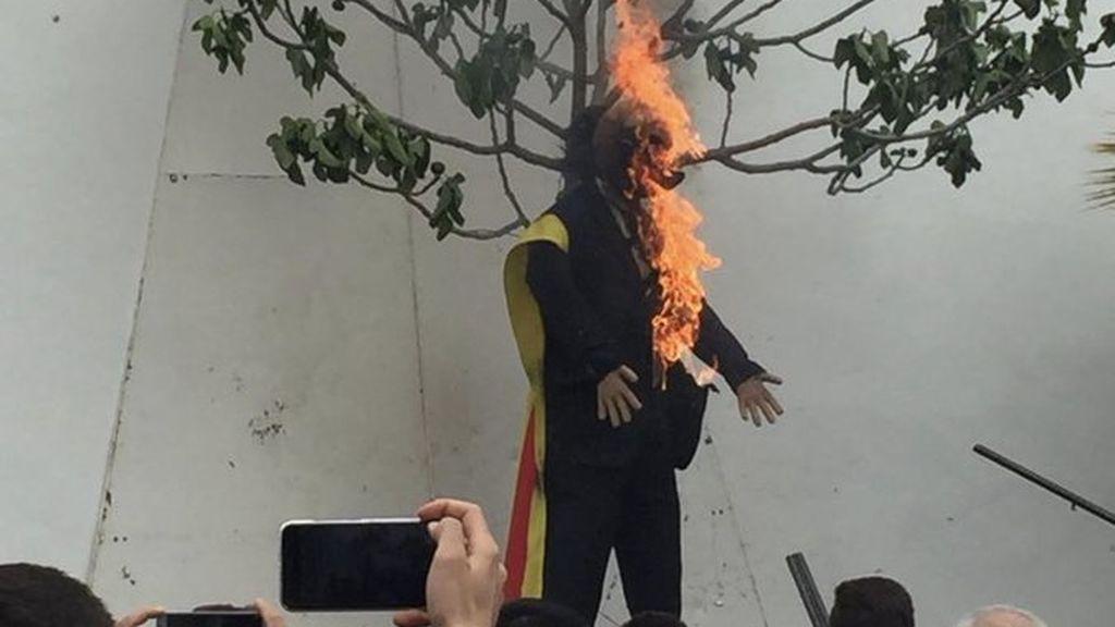 Tras la quema de un muñeco representando a Puigdemont en Coripe (Sevilla), responden con pintadas amarillas en la sede del PSC
