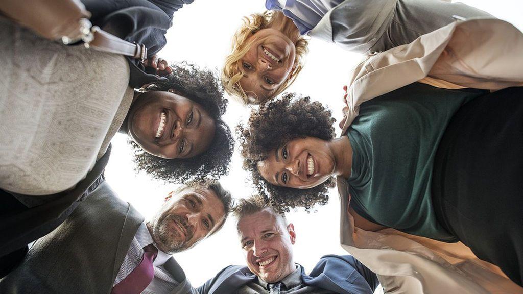 Los directivos de la felicidad: la nueva moda de las empresas para mejorar el clima laboral