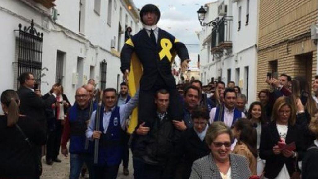 La quema del muñeco de Puigdemont indigna a los independentistas