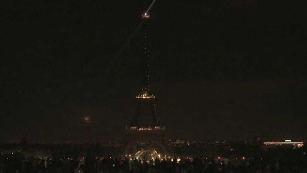 La Torre Eiffel se apaga en homenaje a las víctimas de los atentados en Sri Lanka