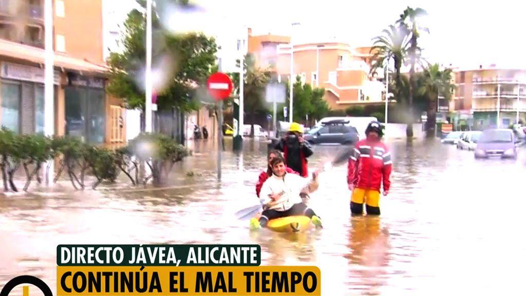Una pareja pasea en piragua por las inundadas calles céntricas de Jávea