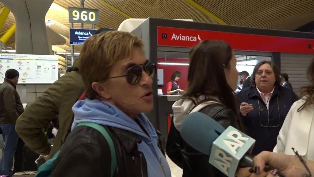 Así ha sido la despedida en el aeropuerto de Mónica Hoyos y Chelo en el aeropuerto
