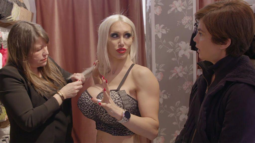 Samanta alucina con Kristhin: La mujer con los pechos operados más grandes de España