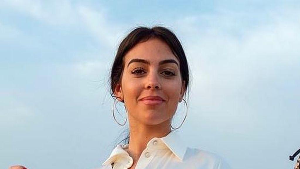 """La pose 'sexy' de Georgina Rodríguez en una escalita de madera: """"Actúa normal"""""""