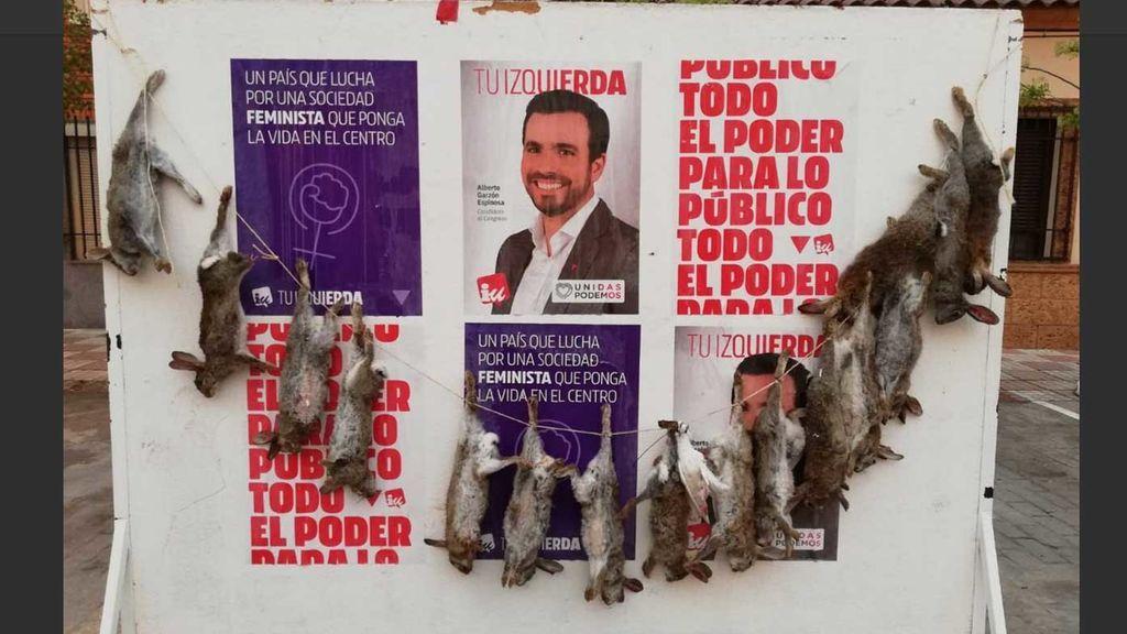 Cuelgan una ristra de conejos muertos en un cartel electoral de IU en Toledo